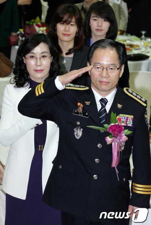 [사진]국기에 대한 경례하는 김기용 청장