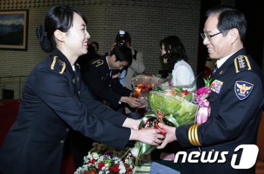 [사진]꽃다발 받는 김기용 청장