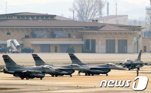 [사진]美 F16 전투기, 훈련 비행 준비