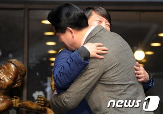 [사진]이동섭 품은 안철수