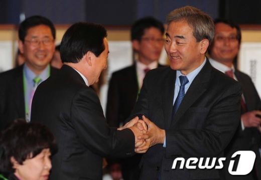 [사진]광주시장과 인사 나누는 유진룡 장관