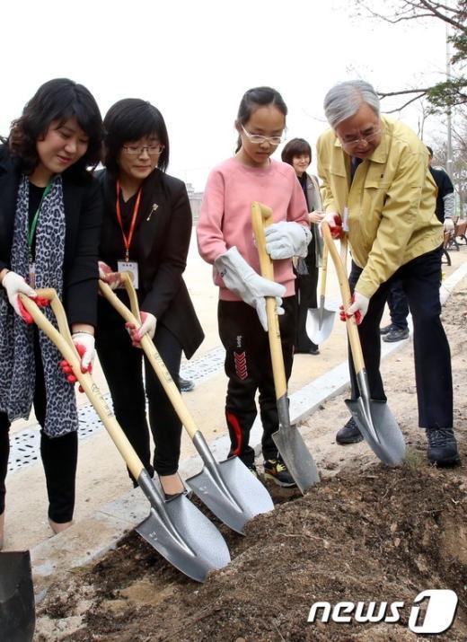 [사진]문용린 교육감, 학교가꾸기 행사 참석