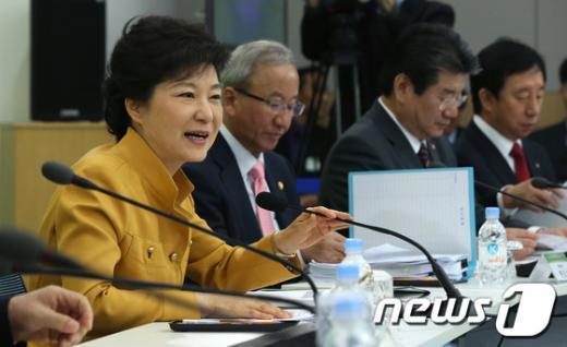 박근혜 대통령이 4일 오전 정부세종청사에서 열린 국토교통부ㆍ환경부 업무보고에 참석해 모두발언을 하고 있다. (청와대 제공) 2013.4.4/뉴스1  News1 오대일 기자