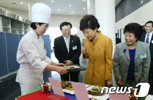 박근혜 대통령이 4일 오전 정부세종청사에서 열린 2013년도 국토교통부·환경부 업무보고를 마친 후 한돈자조금관리위원회가 마련한 돼지고기 요리를 시식하고 있다. (청와대 제공) 2013.4.4/뉴스1  News1 오대일 기자