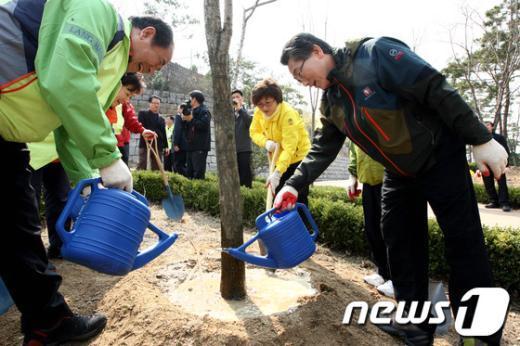[사진]식목일 행사 참가한 김영종 청장