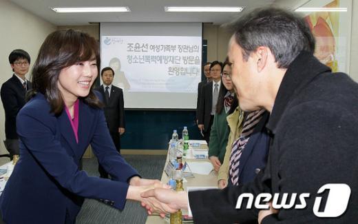 [사진]조윤선 장관, 청소년유해환경감시단 방문