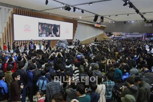 ↑김태희 사인회가 열린 서울모터쇼 한국 토요타 부스