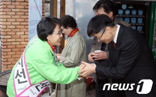 [사진]주민들과 인사하는 김지선 후보