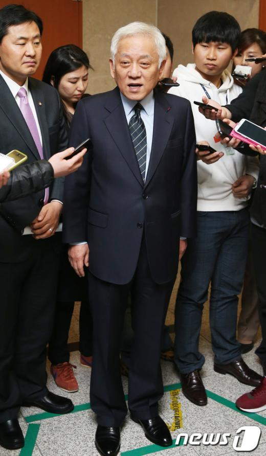 [사진]취재진 질문 받는 김한길