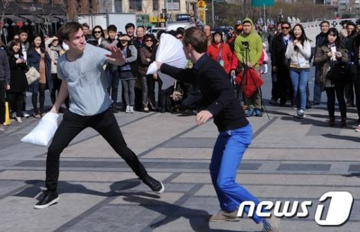 [사진]도심에서 즐기는 베개 싸움