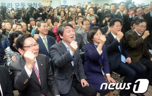 """[사진]""""승리 다짐"""" 구호외치는 안철수 후보와 참석자들"""