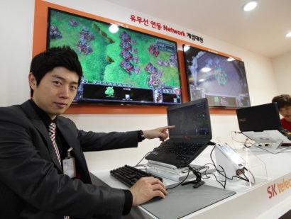 ↑10일 SK텔레콤 분당사옥에서 열린 시연회에서 'SK텔레콤 T1' 임요환 감독이 SK텔레콤의 LTE-A 기술을 통해 스타크래프트 2를 시연하고 있다.