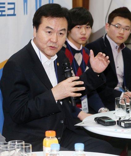 신제윤 금융위원장이 지난 3월29일 벤처중소기업센터를 방문해 예비창업을 준비중인 숭실대 학생들과 면담을 하고 있다.