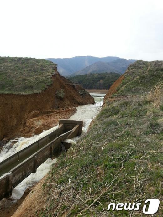 [사진]둑 터진 경주 안강 산대저수지