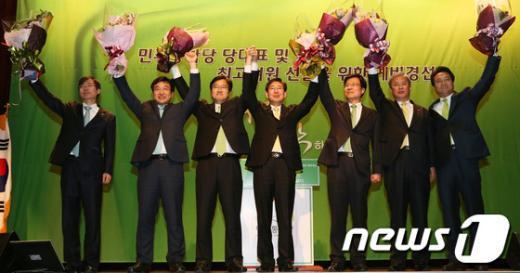 [사진]인사하는 민주당 최고위원 후보자들