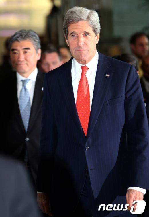 [사진]회담장 향하는 존 케리 장관