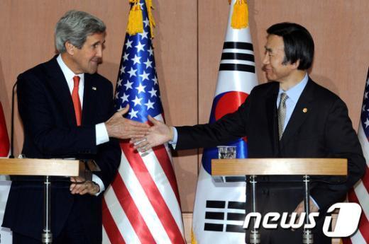 [사진]웃으며 악수하는 한미 외교장관
