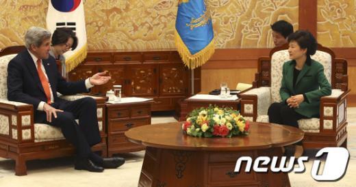 박근혜 대통령이 12일 오후 청와대에서 존 케리 미국 국무부 장관과 이야기를 나누고 있다. (청와대 제공) 2013.4.12/뉴스1  News1 오대일 기자
