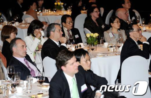 [사진]존 케리 美 국무장관 연설 경청하는 참석자들