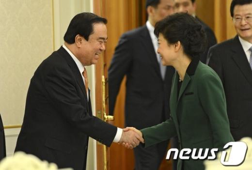 박근혜 대통령이 12일 오후 청와대에서 열린 민주통합당 지도부 및 상임위원장 만찬에서 문희상 비대위원장과 인사를 나누고 있다. (청와대 제공) 2013.4.12 /뉴스1  News1 박철중 기자