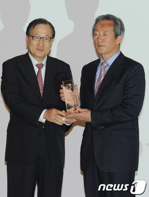 [사진]글로벌 리더상 받은 정몽준 의원