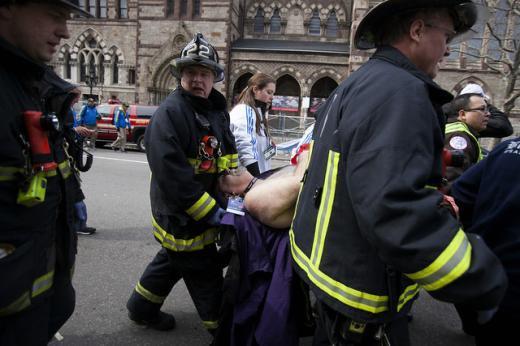 ↑15일(현지시간)  미국 보스턴 보일스턴 거리 인근에서 보스턴마라톤 대회 도중 폭탄테러가 발생한 가운데 소방관들이 현장에서 부상자를 옮기고 있다. 이번 테러로 최소 3명이 숨지고, 140여명이 다쳤다.(ⓒ블룸버그)