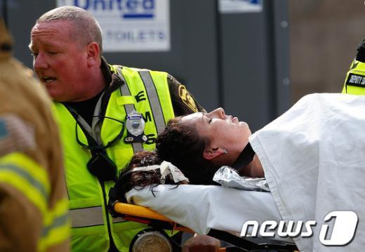 미국 보스턴 마라톤대회에서 15일 오후 2시50분(현지시간)께 폭발물에 의한 2건의 폭탄테러가  발생해 2명이 사망하고 100여명이 부상 당했다.  AFP=News1