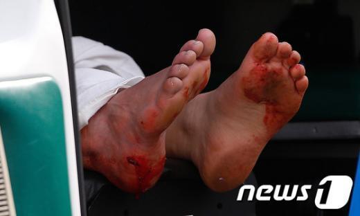 15일 미국 메사추세츠주 보스턴에서 열린 마라톤 대회에서 일어난 폭탄테러로 최소 2명이 사망하고 100여명이 부상당했다. 이날 일어난 테러로 부상당한 시민의 발이 앰뷸런스 밖으로 튀어나와 있다. AFP=News1