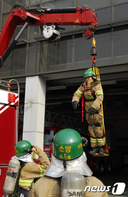 [사진]강남소방서, 크레인활용 인명구조 훈련