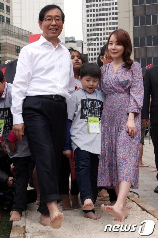 """[사진]박원순 시장,""""오늘 하루는 신발 없이"""""""