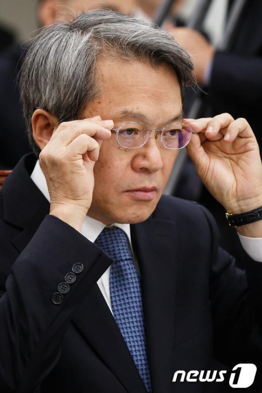 [사진]안경 고쳐쓰는 양건 감사원장