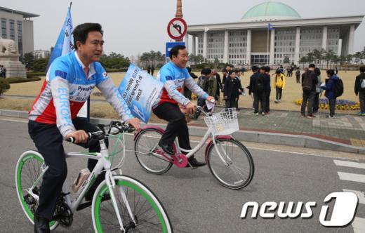 [사진]자전거 타며 평창동계올림픽 홍보하는 김태흠-염동열