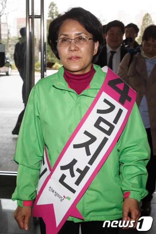 [사진]토론회장 들어서는 김지선 후보