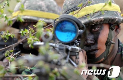 [사진]사주경계 하는 군