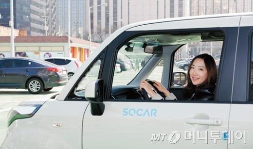 ↑카셰어링 서비스 '쏘카' 회원이 공유 차량을 이용하고 있는 모습.