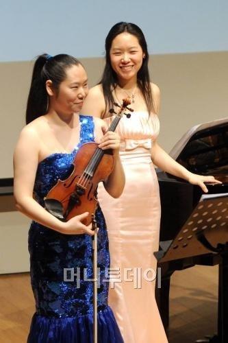↑바이올리니스트 송원진(왼쪽)과 피아니스트 송세진 자매는 머니투데이와 함께하는 '소리선물 콘서트'를 통해 매달 1회씩 재능 기부에 참여하고 있다. ⓒ사진=최부석 기자 my2eye@