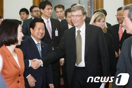 [사진]의원들과 악수하는 빌 게이츠