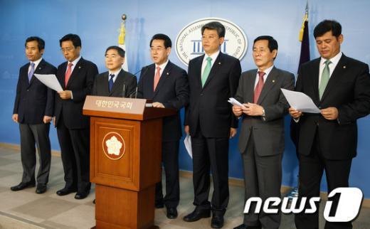 [사진]윤진숙 해수부장관 업무보고 거부 밝히는 야당