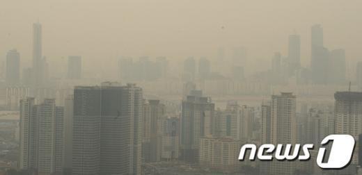 지난달 19일 오후 서울 남산공원에서 바라본 도심에 옅은 황사가 끼어있다. /뉴스1  News1 안은나 기자