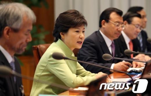 [사진]수석비서관회의 주재하는 박근혜 대통령