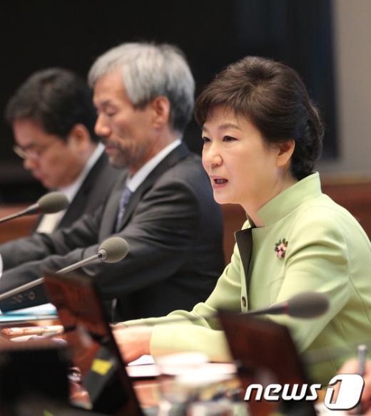 [사진]박근혜 대통령, 수석비서관회의 주재