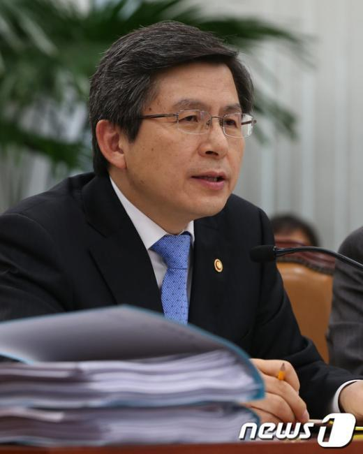 [사진]의원들의 질의에 답변하는 황교안 장관
