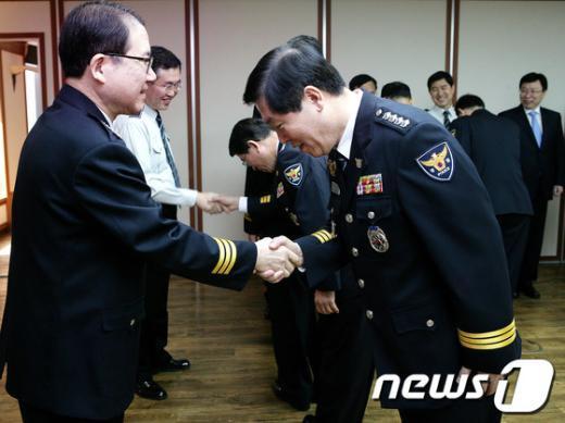 [사진]이성한 청장, 전입 총경 격려