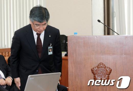 [사진]인사하는 김중수 한은 총재