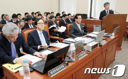 [사진]김중수 총재, 국회 업무보고