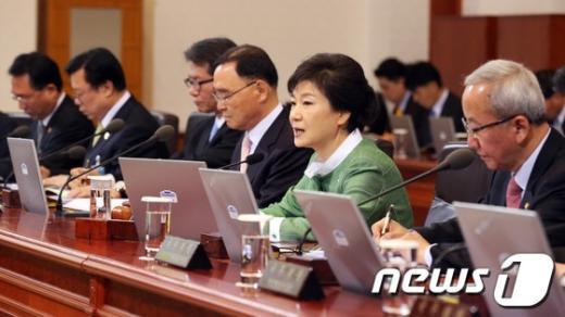 [사진]박근혜 대통령, 국무회의 주재