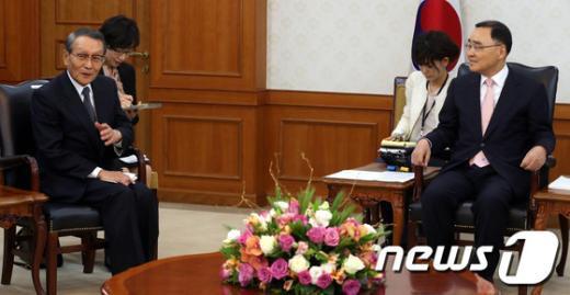 [사진]대화하는 정홍원 총리와 일한경제협회장