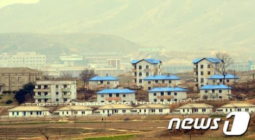 [사진]평온한 北마을과 흐린 개성공단
