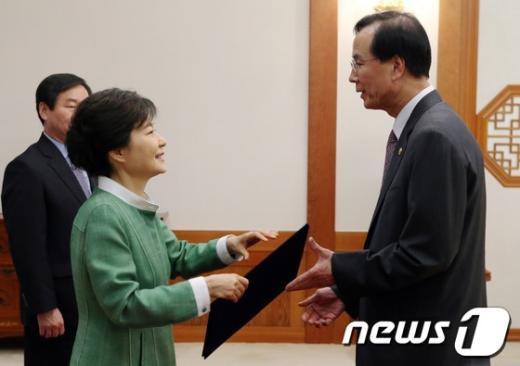 [사진]박근혜 대통령, 노대래 공정거래위원장 임명장 수여
