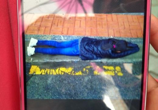 폭행당한 초등학교 5학년 여학생이 길에 엎드려 있는 휴대폰 사진. News1